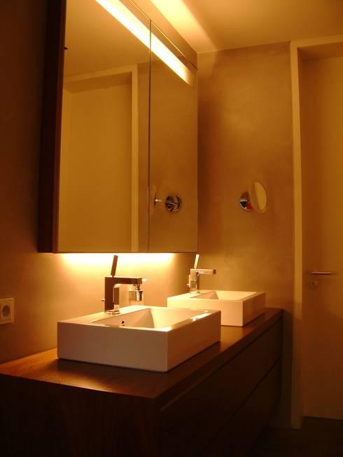 umbau und energetische sanierung eines einfamilienhauses mit einliegerwohnung in regensburg süd:  Badezimmer von Architekturbüro Ferdinand Weber