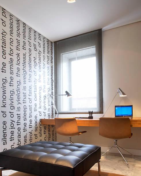 VIVIENDA ICARIA: Dormitorios de estilo  de Meritxell Ribé - The Room Studio