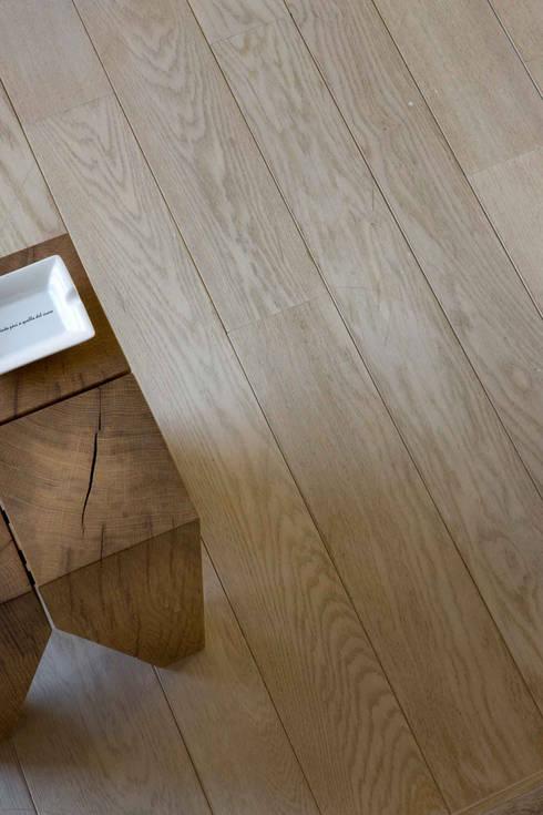 Loft Estivo, 2007: Pareti & Pavimenti in stile  di MFA Architects