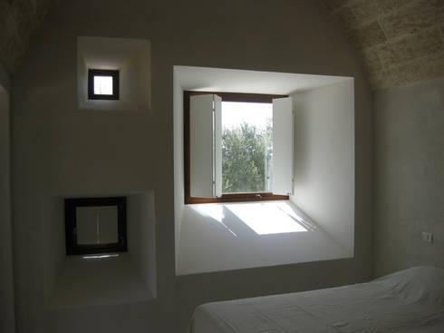 Casa al Mare, 2009: Finestre & Porte in stile  di MFA Architects