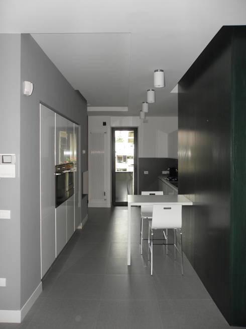 Appartamento_V: Ingresso, Corridoio & Scale in stile in stile Moderno di LMarchitects