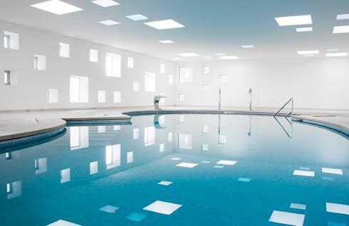 Piscina y Spa para un Hotel en Mallorca: Spa de estilo minimalista de A2arquitectos