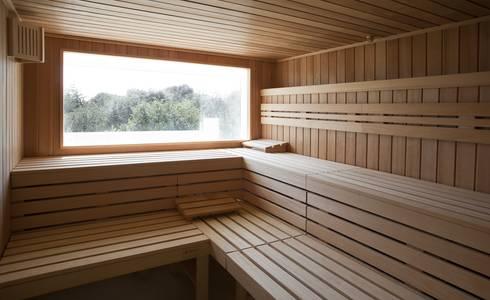 Piscina y Spa para un Hotel en Mallorca: Spa de estilo escandinavo de A2arquitectos