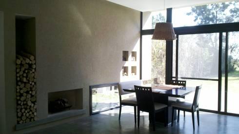 Comedor y hogar a leña: Comedores de estilo moderno por CC arquitectos