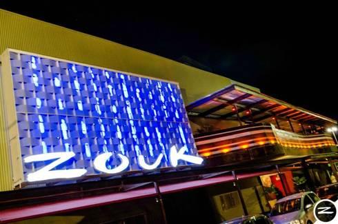 ZOUK CLUB: Bares e clubes  por Mascarenhas Arquitetos Associados