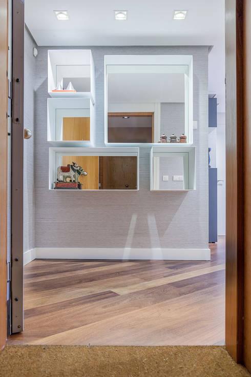 Corridor & hallway by Urbana Interiorismo
