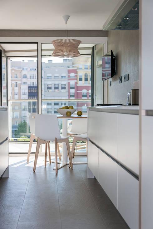 Vivienda en Plaza Euskadi Nº9, Bilbao. : Cocinas de estilo minimalista de URBANA 15