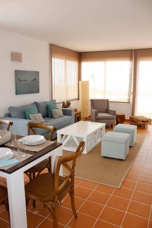 Decoración villa: Salones de estilo mediterráneo de Tatiana Doria,   Diseño de interiores