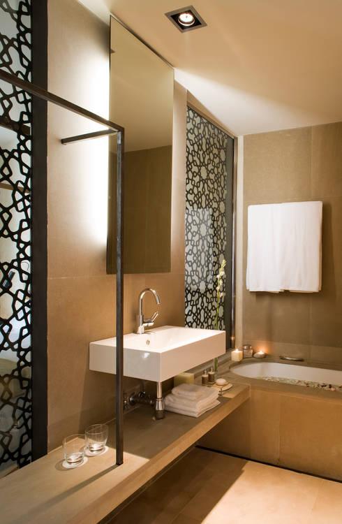 Hotel EME en Sevilla, España: Baños de estilo ecléctico de Donaire Arquitectos