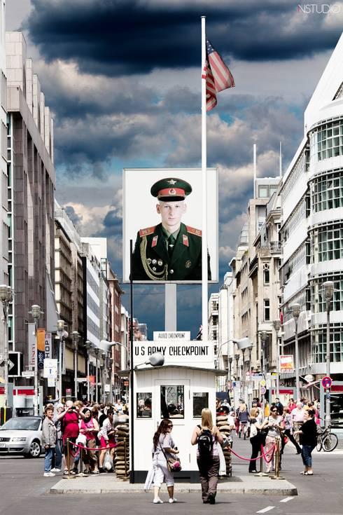 Checkpoint Charlie: Vestíbulos, pasillos y escaleras de estilo  de NSTUDIO