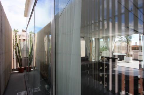 casa t: Soggiorno in stile in stile Asiatico di Piano B Architetti Associati