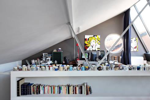 loft n° 5: Sala multimediale in stile  di roberto murgia architetto