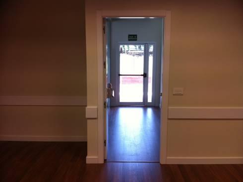 Acondicionamiento de oficinas y locales: Puertas y ventanas de estilo clásico de Tatiana Doria,   Diseño de interiores