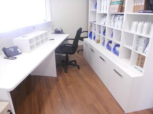Mobiliario a medida para oficinas y locales: Oficinas y tiendas de estilo  de Tatiana Doria,   Diseño de interiores