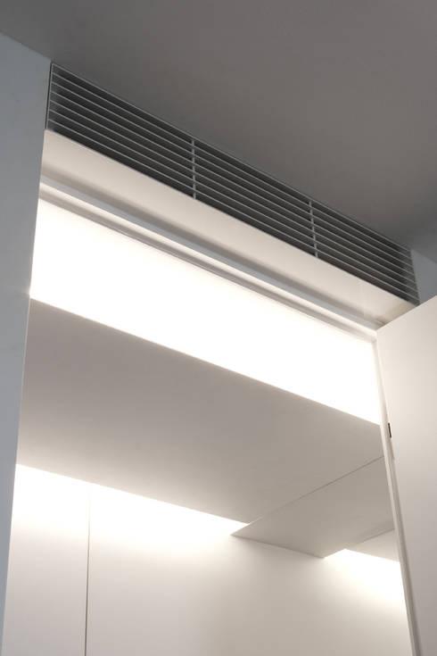 Corridoio (particolare): Camera da letto in stile  di Giorgio Pettenò Architetti