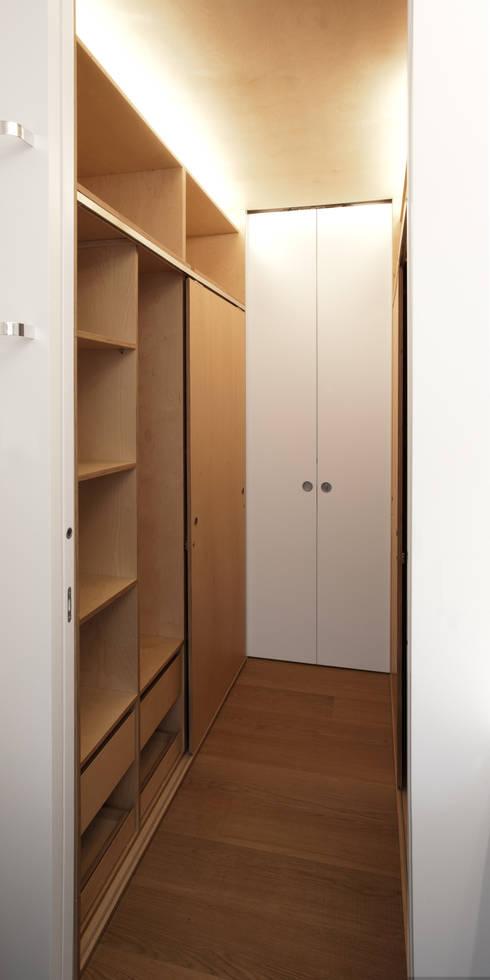 Closets de estilo  por Giorgio Pettenò Architetti