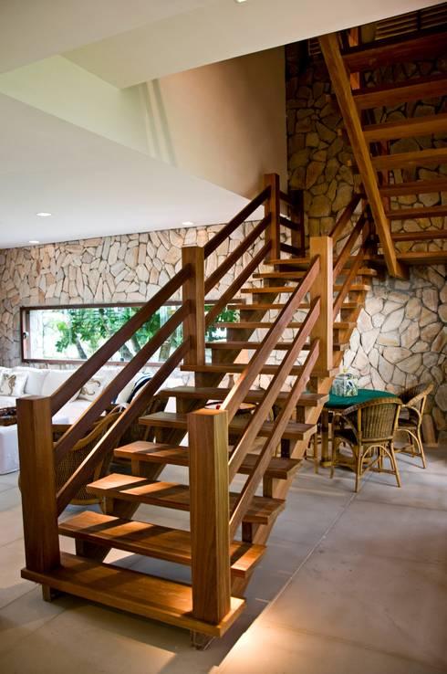 Pasillos y recibidores de estilo  por Renato Teles Arquitetura