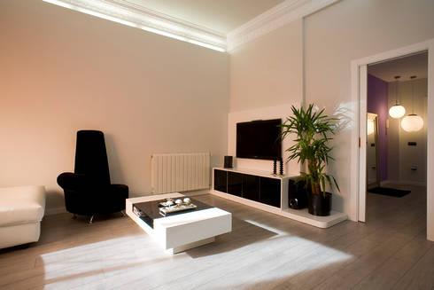 VIVVIENDA : Salones de estilo moderno de  BB INTERIORISMO