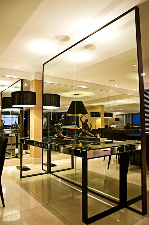 Apartamento cosmopolita: Sala de jantar  por Renato Teles Arquitetura