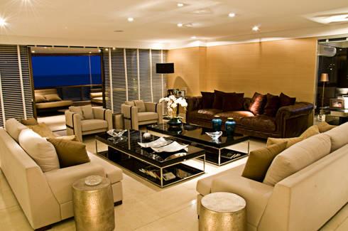 Apartamento cosmopolita: Salas de estar modernas por Renato Teles Arquitetura