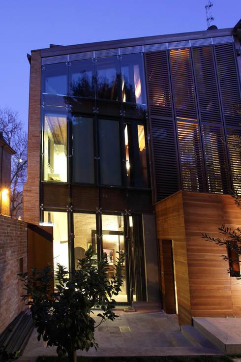 Ala nuova, prospetto sul giardino interno.: Case in stile in stile Moderno di Cumo Mori Roversi Architetti
