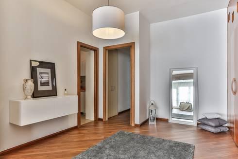 DA VUOTO A… STAGED!: Camera da letto in stile in stile Classico di Bologna Home Staging