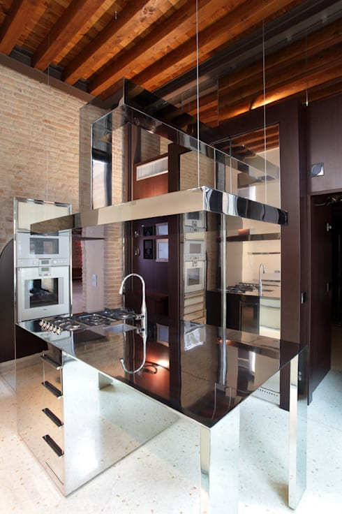 La cucina realizzata nella nuova ala.: Cucina in stile  di Cumo Mori Roversi Architetti