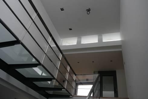 Vivienda en Sant Cugat: Pasillos y vestíbulos de estilo  de Octavio Mestre Arquitectos