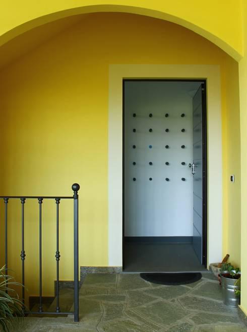 il benvenuto dato da un appendiabiti...o scultura?: Ingresso, Corridoio & Scale in stile in stile Moderno di VALENTINA BONANDIN STUDIO TECNICO