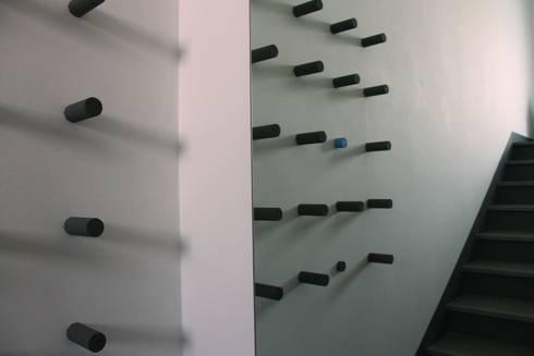 appendiabiti o scultura?: Ingresso, Corridoio & Scale in stile in stile Moderno di VALENTINA BONANDIN STUDIO TECNICO