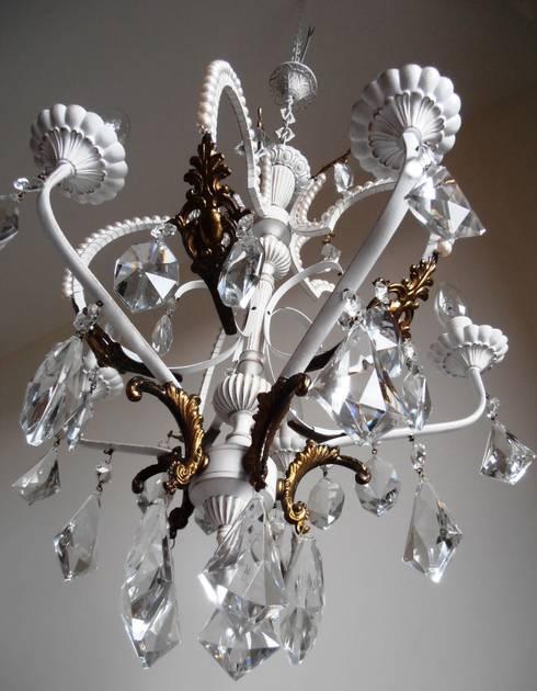 Paris light – white chandelier with faux pearls: Soggiorno in stile in stile Eclettico di Milan Chic Chandeliers