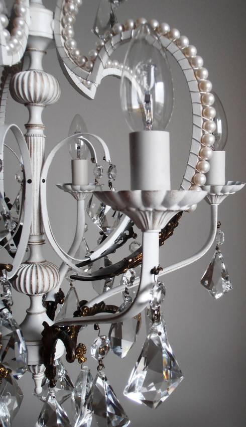 Paris light - white chandelier with faux pearls: Soggiorno in stile in stile Eclettico di Milan Chic Chandeliers
