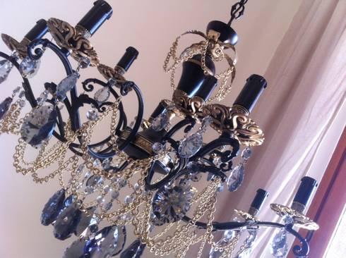 Esclusivo lampadario vintage 12 luci, nero e bronzo, cristalli gocce fumé, pezzo unico: Soggiorno in stile in stile Eclettico di Milan Chic Chandeliers