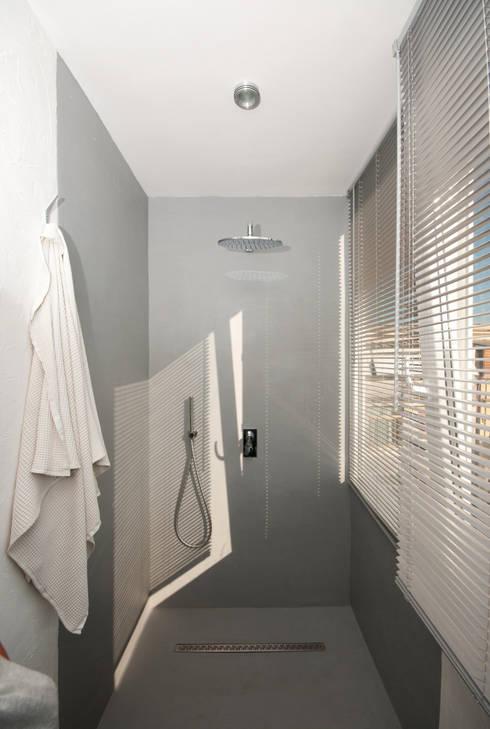 Ristrutturazione di un appartamento in Roma – 70 mq: Bagno in stile  di Fabiola Ferrarello architetto