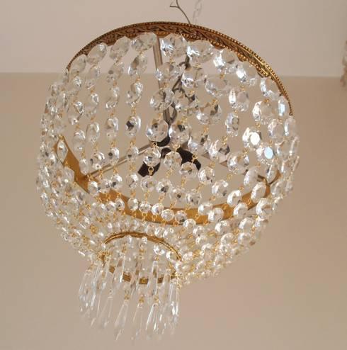 Empire style ceiling lamp: Soggiorno in stile in stile Classico di Milan Chic Chandeliers