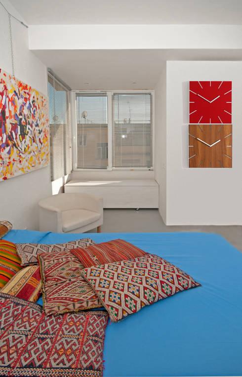 Ristrutturazione di un appartamento in Roma – 70 mq: Camera da letto in stile  di Fabiola Ferrarello architetto