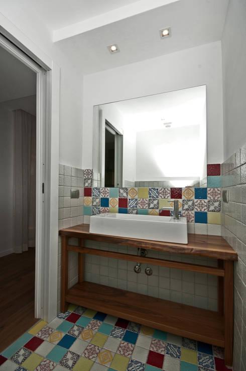 Baños de estilo moderno de Fabiola Ferrarello architetto