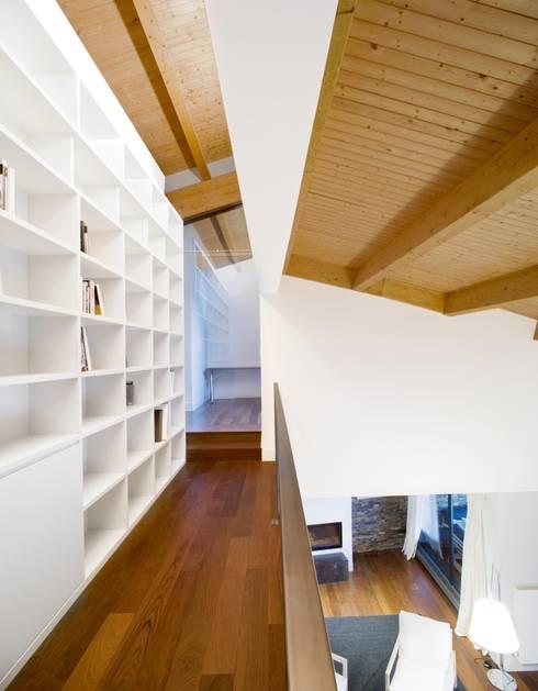 Vivienda en Urduliz: Pasillos y vestíbulos de estilo  de IA+B arkitektura taldea