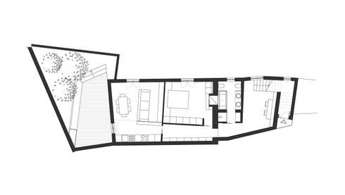 Recupero di un palazzetto terra cielo: Case in stile in stile Mediterraneo di CAFElab studio