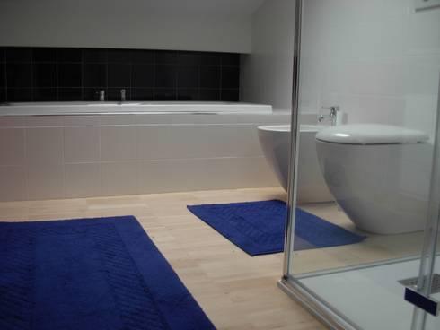 Alloggio RB: Bagno in stile  di Progetti d'Interni e Design