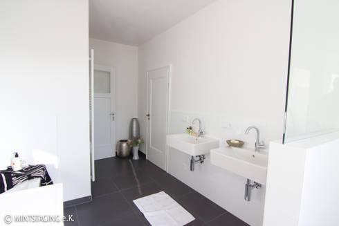 Bad mit Comfort: moderne Badezimmer von MINTSTAGING e.K. Agentur für Interior Design & Raumkonzepte