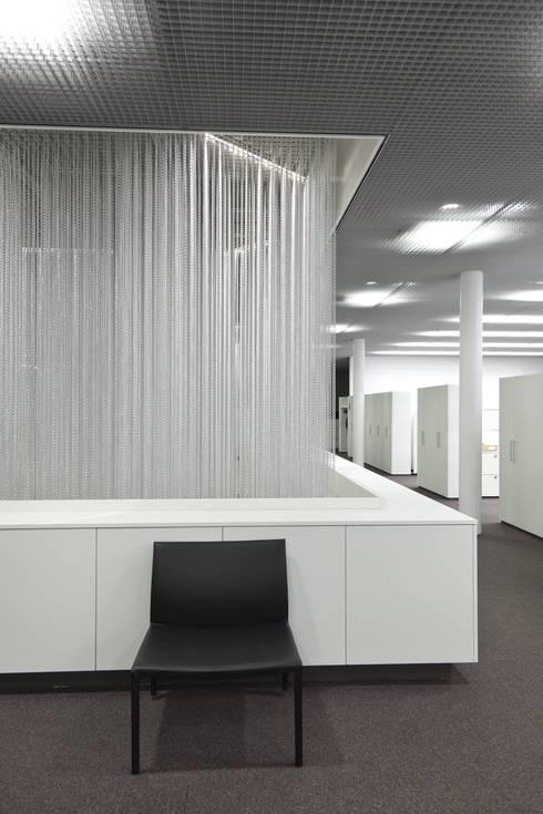 TALSEE SHOWROOM: Oficinas y tiendas de estilo  de KriskaDECOR