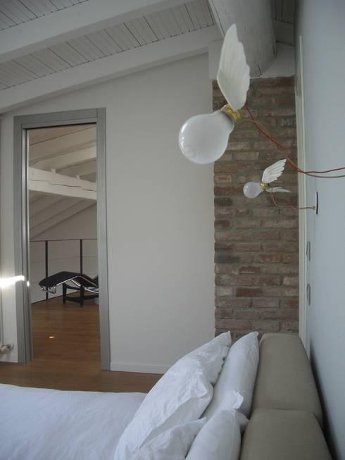 sospensioni: Camera da letto in stile in stile Moderno di bloom graficamentearchitettato