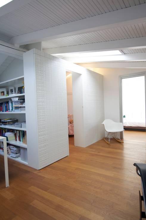 sospensioni: Ingresso & Corridoio in stile  di bloom graficamentearchitettato