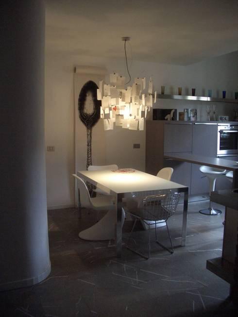sospensioni: Cucina in stile in stile Moderno di bloom graficamentearchitettato
