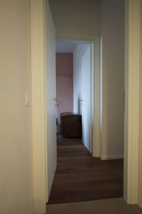 verticali: Ingresso & Corridoio in stile  di bloom graficamentearchitettato