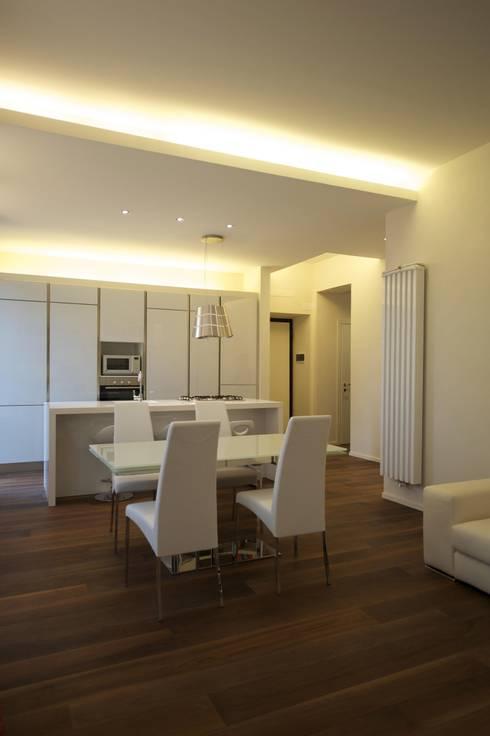 verticali: Sala da pranzo in stile in stile Moderno di bloom graficamentearchitettato