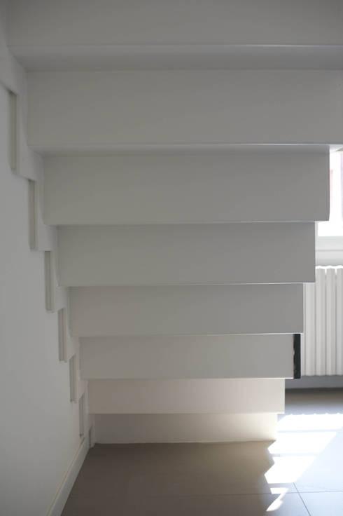 bianco e nero: Studio in stile in stile Moderno di bloom graficamentearchitettato