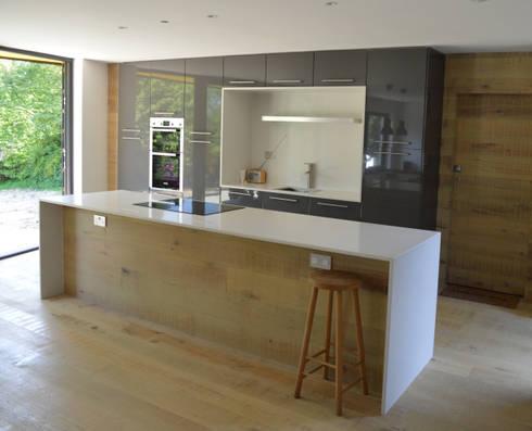 Open Plan Kitchen featuring a Bespoke Kitchen Island: modern Kitchen by ArchitectureLIVE