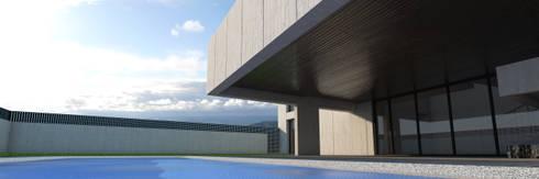 Vivienda unifamiliar aislada: Piscinas de estilo moderno de Q:NØ Arquitectos